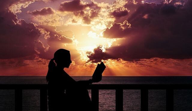 Auringolaskun aikaan on ihana lukea kirjaa tai lehtiä